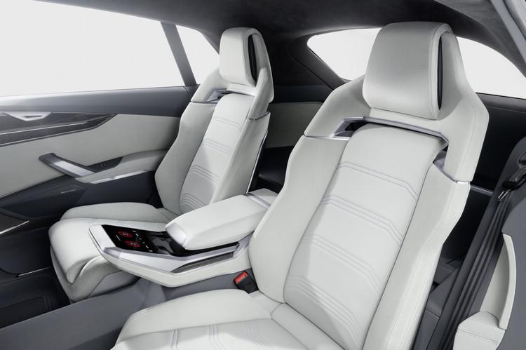 後座採用雙獨立座椅配置,扶手處還提供觸控設定空調的面板。