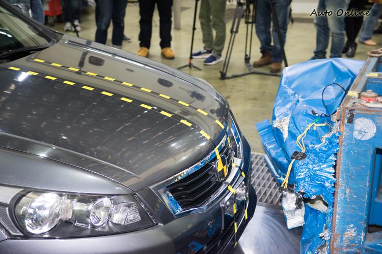 前方碰撞測試是測試車以56km/h撞擊涵蓋車寬40%的駕駛側前方治具,雙前座各放一人偶。
