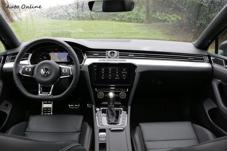 大量豪華配備堆砌的車室,顧及了日常使用和熱血駕駛所需。