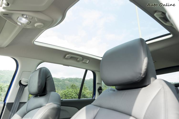 全景式玻璃車頂帶來明亮車內氣氛。