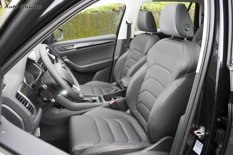 雙前座八向電動調整黑色真皮座椅。