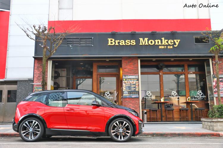 車側車門上方自A柱延伸至C柱採霧銀飾條設計,與黑色車頂型成強烈對比。