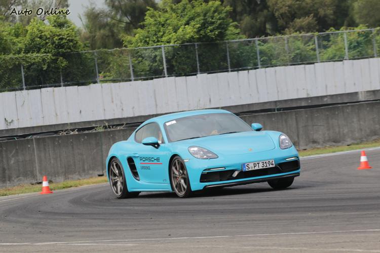 中置引擎跑車的彎道性格與911有明顯不同,令人印象深刻。