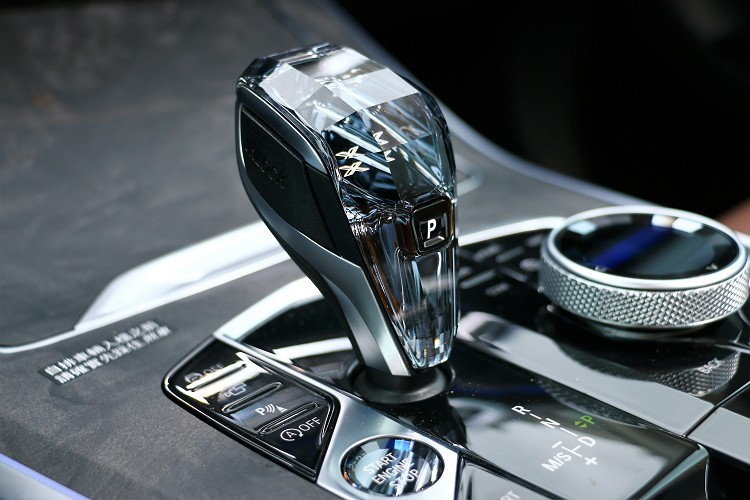 水晶排檔頭增添車內質感。