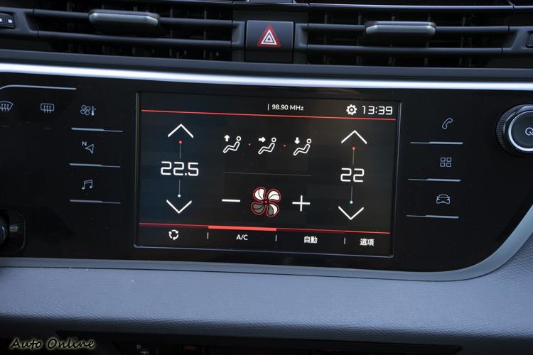 7吋觸控螢幕是操作車內功能的主要介面。