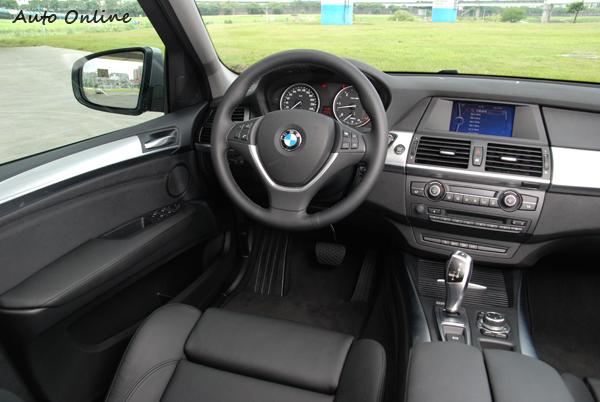 X5的中控台以實用導向設計,沒有太多的飾條修飾。