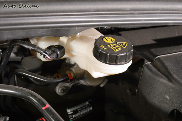 煞車油正常呈現透明顏色,油壺旁邊有上限跟下限的標記,只要在範圍內都算正常。