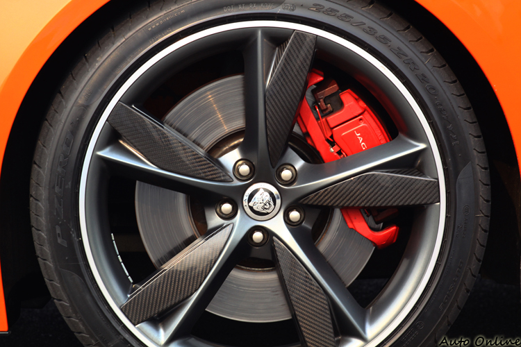 紅色卡鉗與鍛造輪圈的碳纖飾板都是選配,搭配出來的視覺效果相當棒。