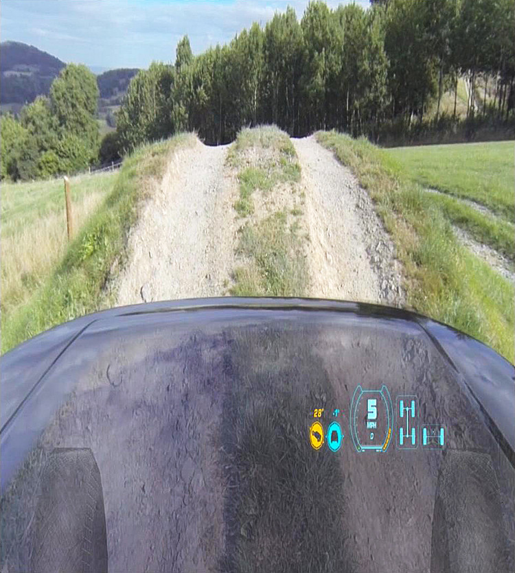 照片顯示即為透明引擎蓋系統啟用時的第一人稱視角,即使是引擎下方的障礙路也一清二楚。