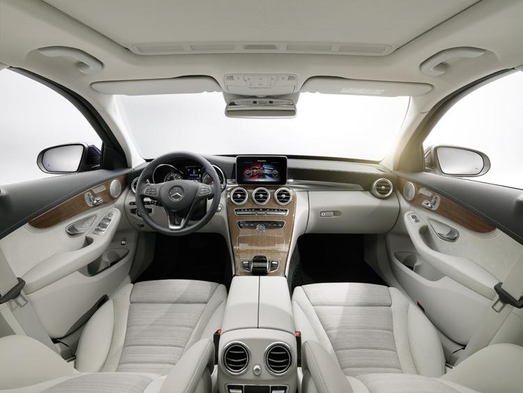 新C-Class內裝採柔和線條與高質感的舒適風,完全沒有壓迫與生硬感。