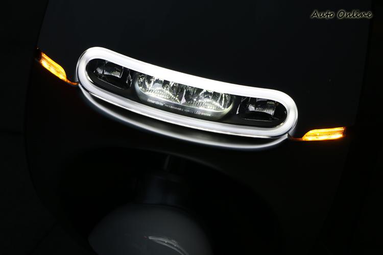 SmartBrite LED 可調式頭燈,不僅有形,夜間照明度表現相當優異。