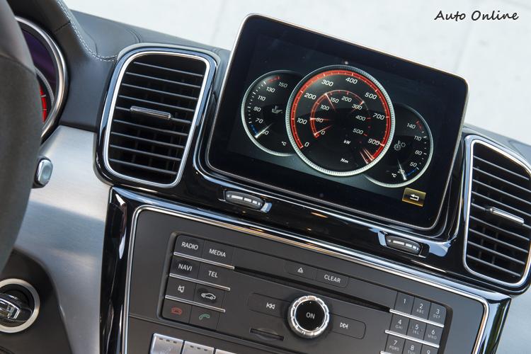 只要你想,也可把8吋大螢幕拿來顯示引擎輸出馬力扭力與水溫、油溫訊息。(畫面做這麼漂亮是要讓駕駛人分心嗎?)