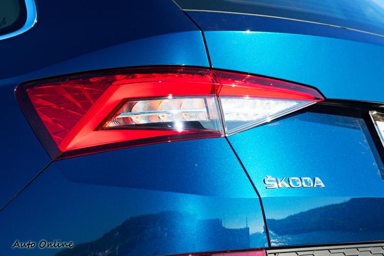 LED尾燈內部保有SKODA慣用的「C」字形設計。