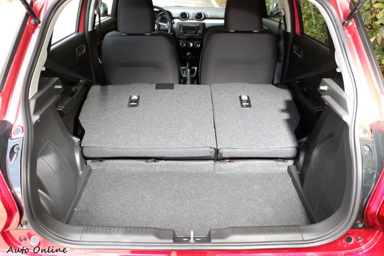 後座椅有6/4分離功能,如果不夠用傾倒後能有579L的容積。