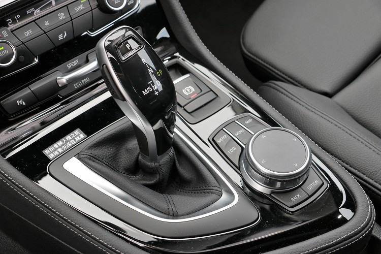 """排檔桿周圍是車輛重要的控制介面。"""""""