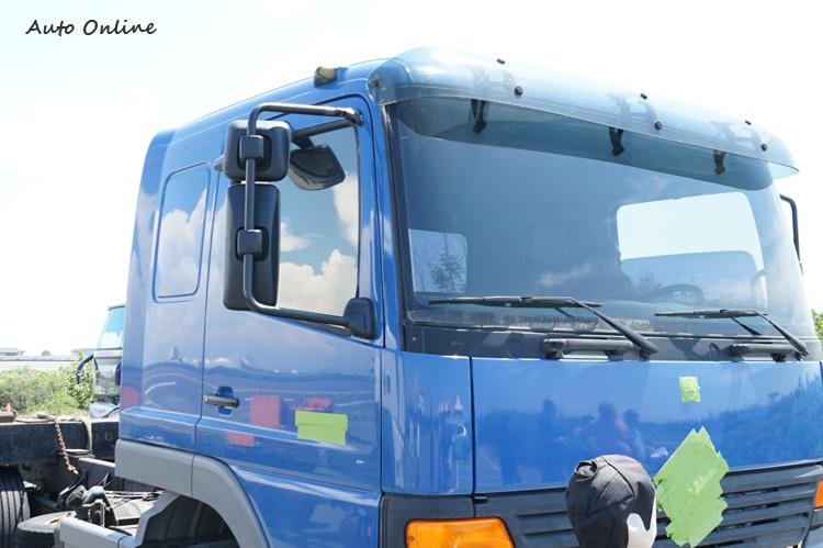 舊型大貨車僅強制安裝主視鏡與廣角視鏡兩類後視鏡。