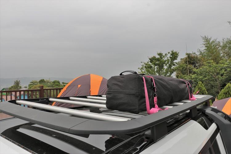 行李架上能放置較長物品,但請確實捆綁好,不然脫落就……….。