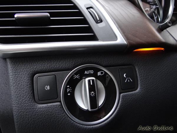 燈組開關依舊在熟悉的位置,有些設計是不能亂改變的。