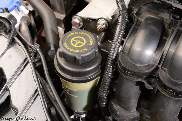 傳統的油壓方向機一定會有方向機油壺,旁邊有刻度測量油量狀況。