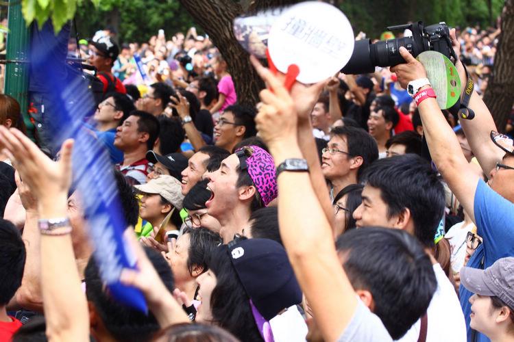現場數萬觀眾擠爆週邊道路,對於參賽隊伍充滿幽默感及熱血不吝給予熱情歡呼。