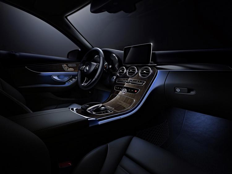 夜間車內照明也有多種色彩,承襲S-Clss的豪華氛圍。