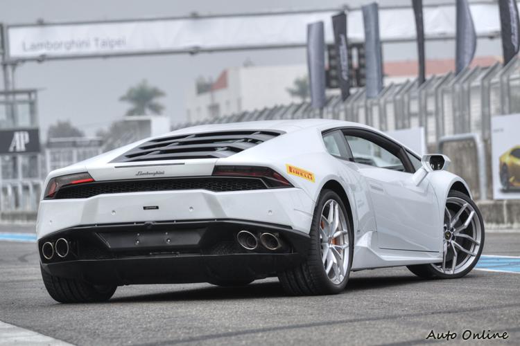 車尾取消Gallardo的電動尾翼,而改用整合式鴨尾設計。