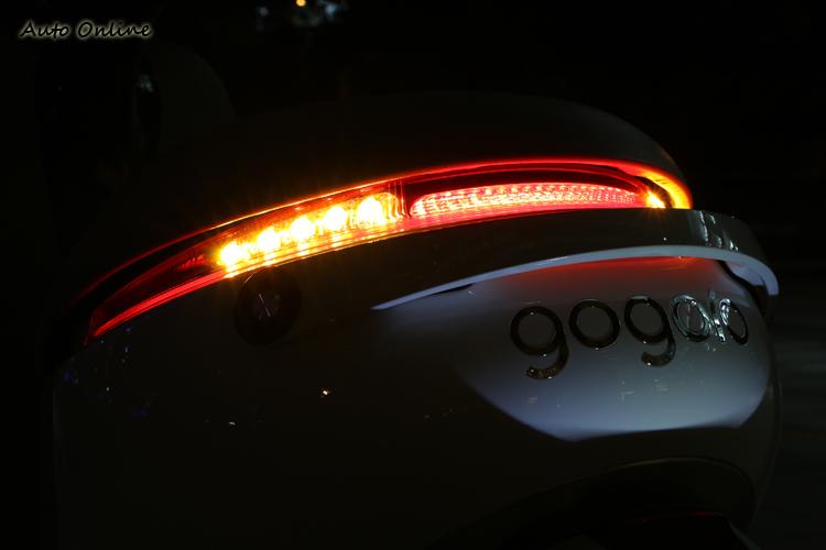 採用LED 環抱式尾燈提升夜間的辨識度,為了加強品牌形象,Gogoro還刻意將牌照燈設計成反向照明。
