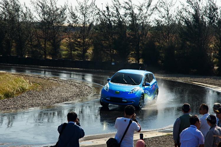 積水溼地容易讓車輪產生浮水效應,路面「咬」不住輪胎胎塊