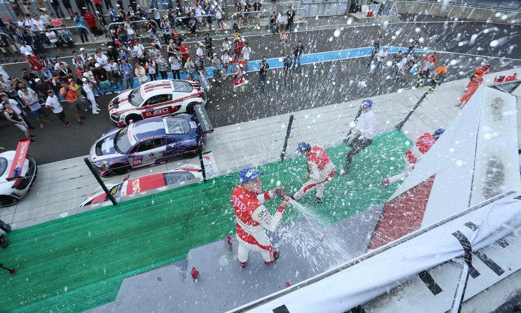辛苦拼戰15圈,所有車手等的就是有機會能在台上噴香檳的時刻。