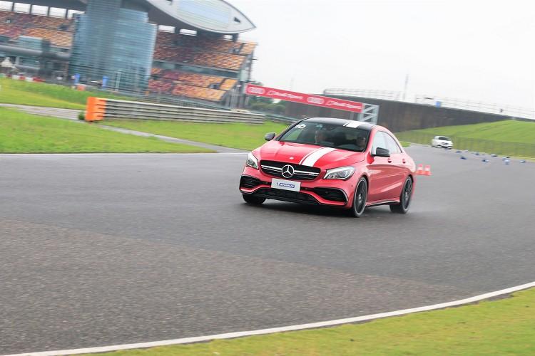 轉動方向盤的一瞬間發現Pilot Sport 4 S更加精準、幅度較小,對比的CSC 6需要角度更大才能轉進椎筒。