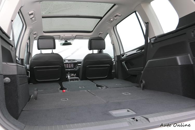 強悍的乘坐和載物空間,加上車頂的全景天窗,都讓旅途可以倍感舒適。