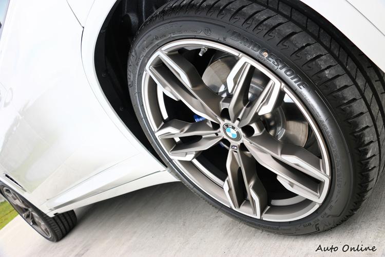 普利司通失壓續跑胎結合21吋規格鋁圈,內部有M款四活塞煞車卡鉗。