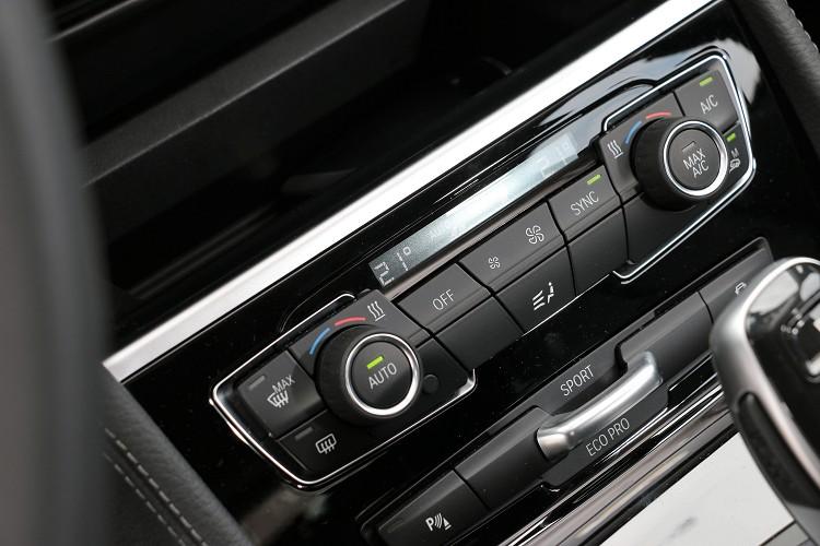 雙區恆溫下方有行車模式切換撥桿。