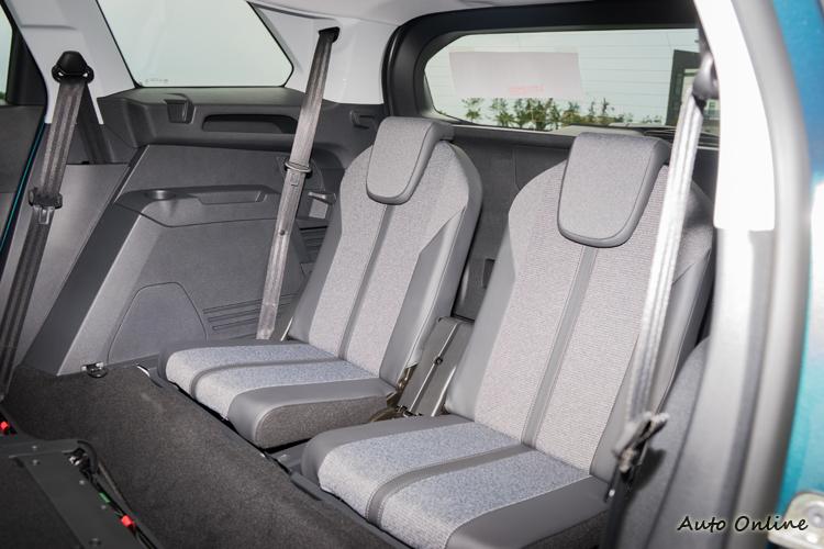第三排座椅以170cm乘客乘坐來說膝蓋還不至於頂到前方。
