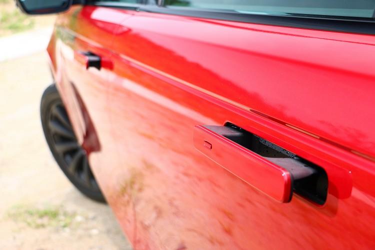 隱藏式車門把手車身上鎖後會自動鎖進去,創造出車側優雅平整的身段。