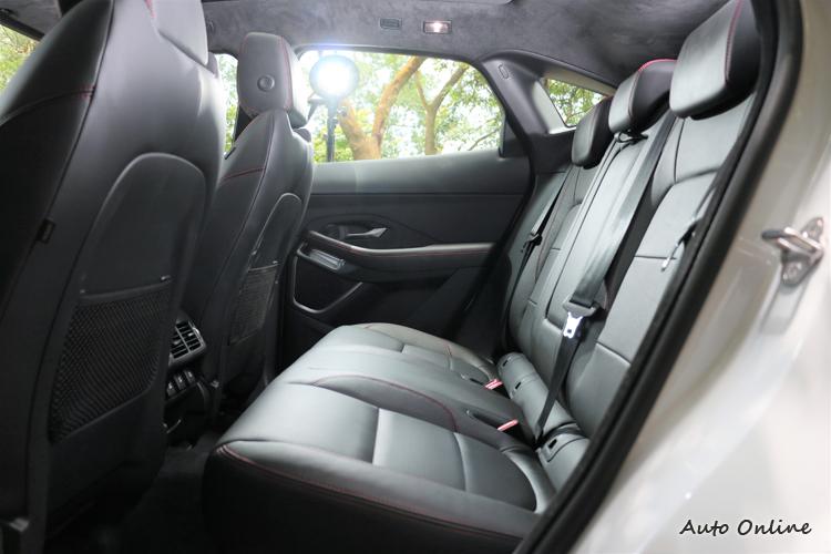 軸距2681 mm提供寬敞舒適的五人乘坐空間,後座腿部空間達892mm。