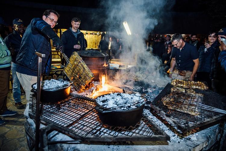 比賽單位非常用心,每一天晚上的食材都不同,像這就是南非當地的特殊烤肉作法。