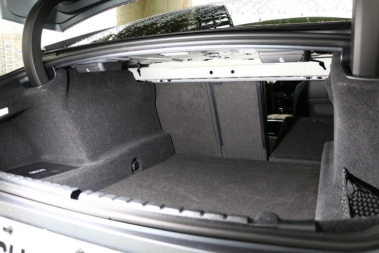 後行李廂比起Coupe車型多20公升來到440公升,行李廂支援後座40:20:40分離傾倒,則可以得到更大的置物容積。