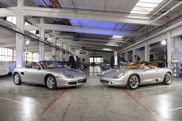 Boxster的兩大推手:Horst Marchart(左)和Grant Larson分別與一手催生的量產車(左)及概念車合影。