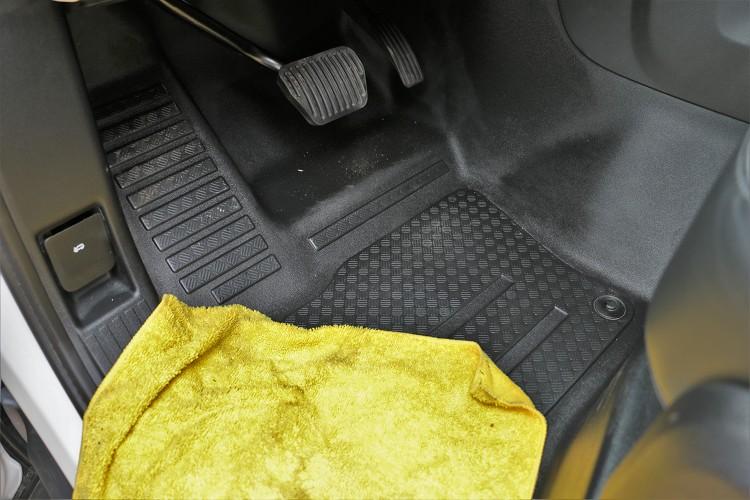 車內塑料地板隨便擦擦、沖沖水易於清理。