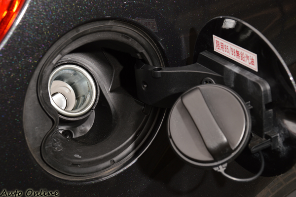 打開油箱蓋上面會有建議使用的汽油等級,記住不要加錯了!柴油加到汽油、汽油加到柴油就麻煩了!