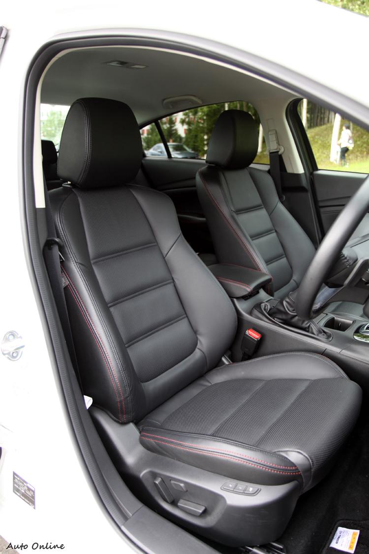雙前座座椅泡棉重新包覆,提升乘坐舒適度,並且搭配電動調整功能,有不錯的乘坐表現。