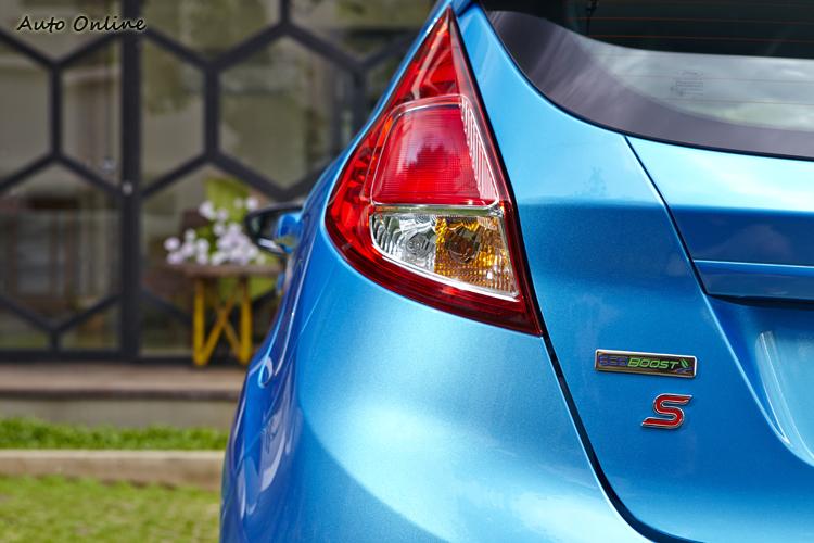 尾燈內部重新排列光源,增加後方辨識度與提升安全性。
