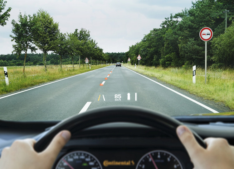 LDW能夠發揮作用的前提是成功辨識車道標線,而AR-HUD也會清楚顯示出系統偵測到哪一條標線,提供駕駛參考。