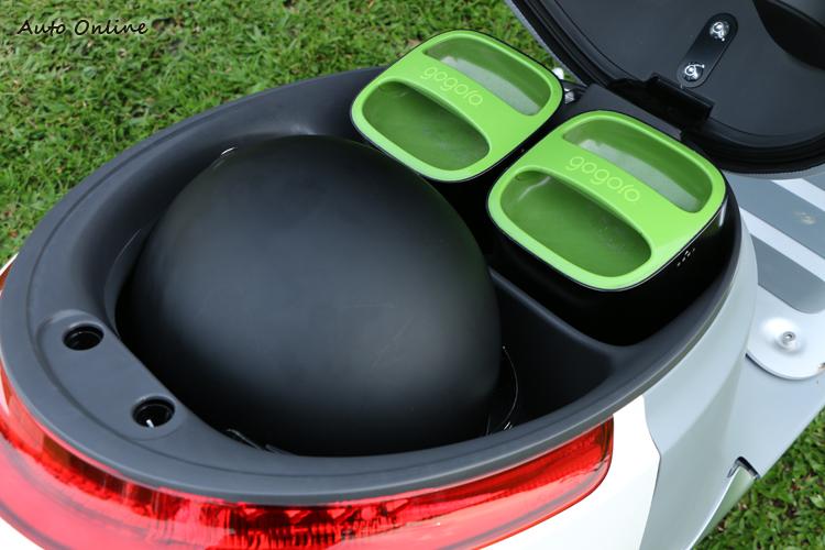 置物空間雖然被電池佔去一部分,但仍能容納一頂3/4安全帽。