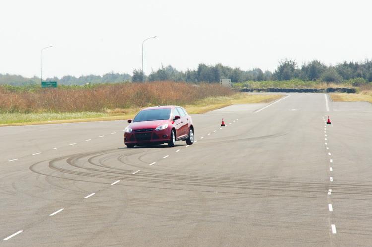 輪胎在激烈操駕下溫度驟然升高軟化,在路面上留下胎痕