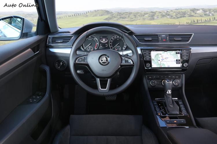 基於MQB底盤模組化架構與MIB多媒體模組,Superb與VW Passat的操作介面有許多相似之處,論質感,個人覺得Superb更為精緻些。