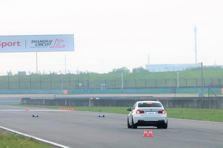 直線上加速到80km/h後大腳煞車到車停止,這時候車上裝的D-BOX會測出所花的距離。