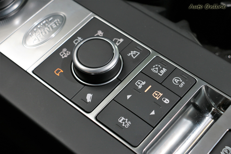 中央鞍座上是整車的精華,全地形反應系統、氣壓懸吊高低控制都從這裡控制。