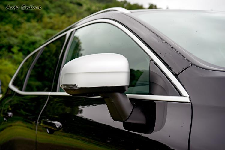 霧銀後視鏡與黑車身形成明顯對比。